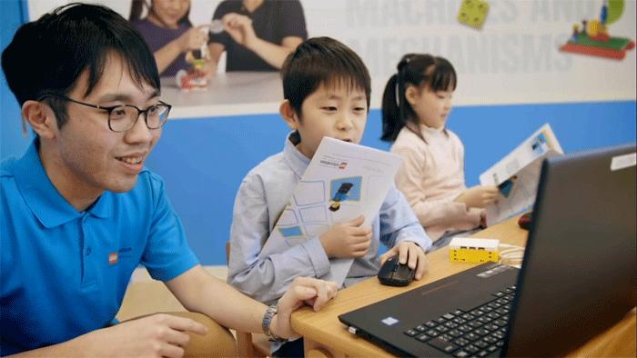 パソコンを使ってプログラミングを行う